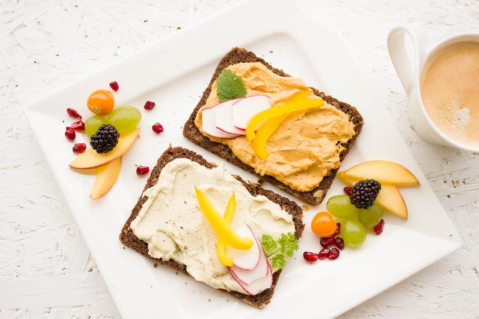 Ejemplo de desayuno completamente vegano con tostadas, hummus de garbanzos, mayonesa de zanahoria y frutas. Foto: Pixabay