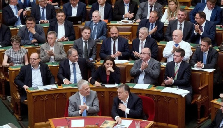 El Parlamento húngaro aprueba la ley que castiga ayudar a los refugiados