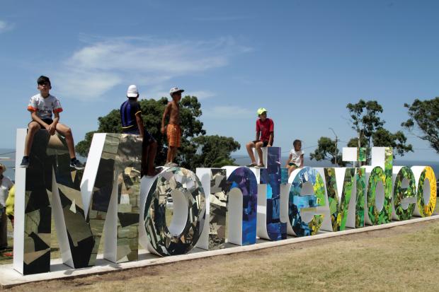 Inauguración de letras de Montevideo en el Cerro