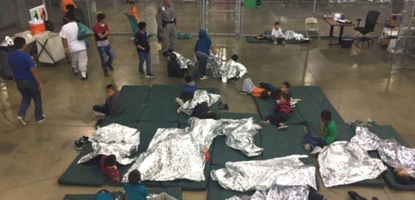 NIños separados de sus padres duermen solos en una jaula cerca de la frontera entre México y Estados Unidos. Foto: Servicio de Aduanas y Control de Fronteras de EE.UU.