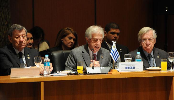 Rodolfo Nin Novoa, Tabaré Vázquez y Danilo Astori en la 52° Cumbre del MERCOSUR. Foto: Presidencia de la República.