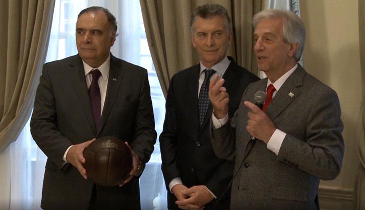 Embajador de Uruguay en Argentina, Héctor Lescano; presidente Mauricio Macri y presidente Tabaré Vázquez.