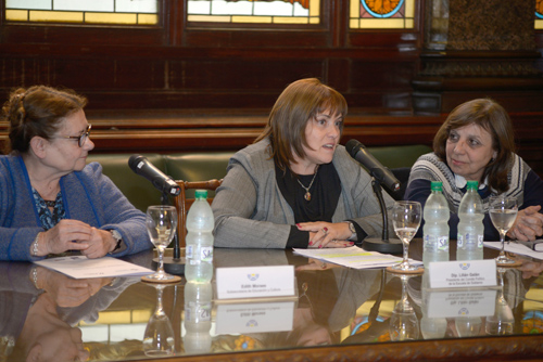 Mesa de autoridades: Edith Moraes, Lilián Galán y Ana Olivera.