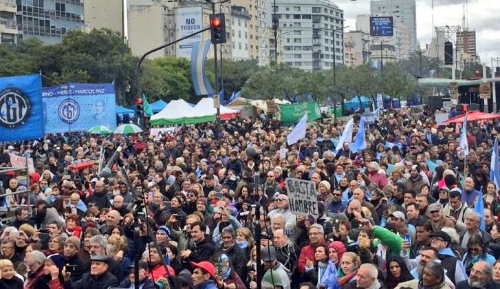 """""""La patria no se rinde"""", argentinos celebran el Día de la Independencia Día de la Independencia con críticas a las políticas económicas de Macri."""