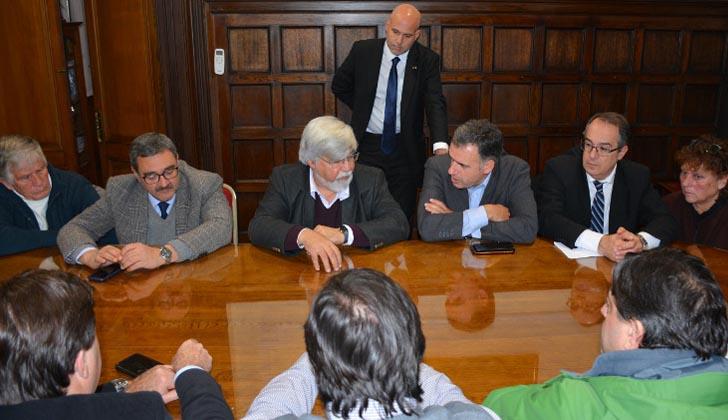 Ministro Eduardo Bonomi junto al intendente de Canelones, Yamandú Orsi, y legisladores departamentales. Foto: Intendencia de Canelones.