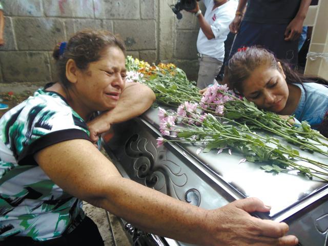 Familiares lloran el asesinato de una mujer asesinada a manos de su pareja en Nicaragua. Foto cortesía de La Prensa de Nicaragua.