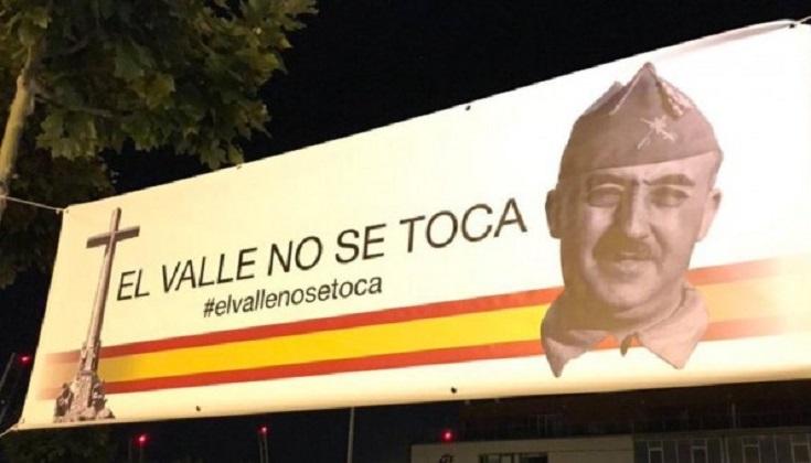 Sede del PSOE aparece empapelada con carteles franquistas ante el anuncio la exhumación de los restos del dictador,