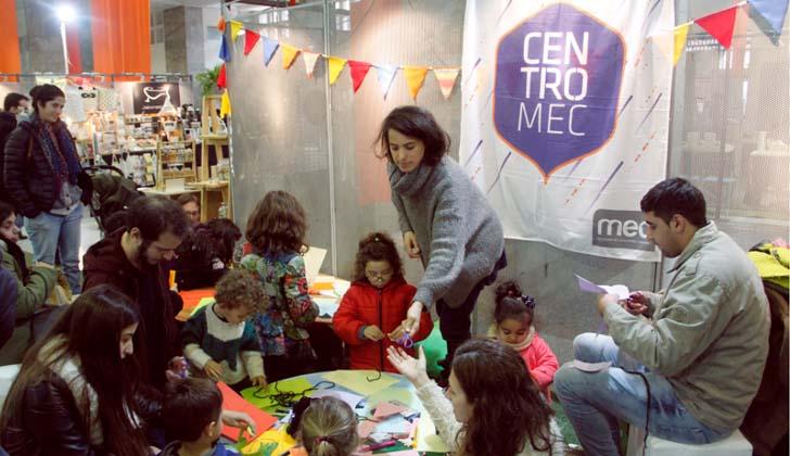 Ilustradora, diseñadora y docente Denisse Torena durante el taller de ilustración. Foto: Nicolás Der Agopián (MEC).