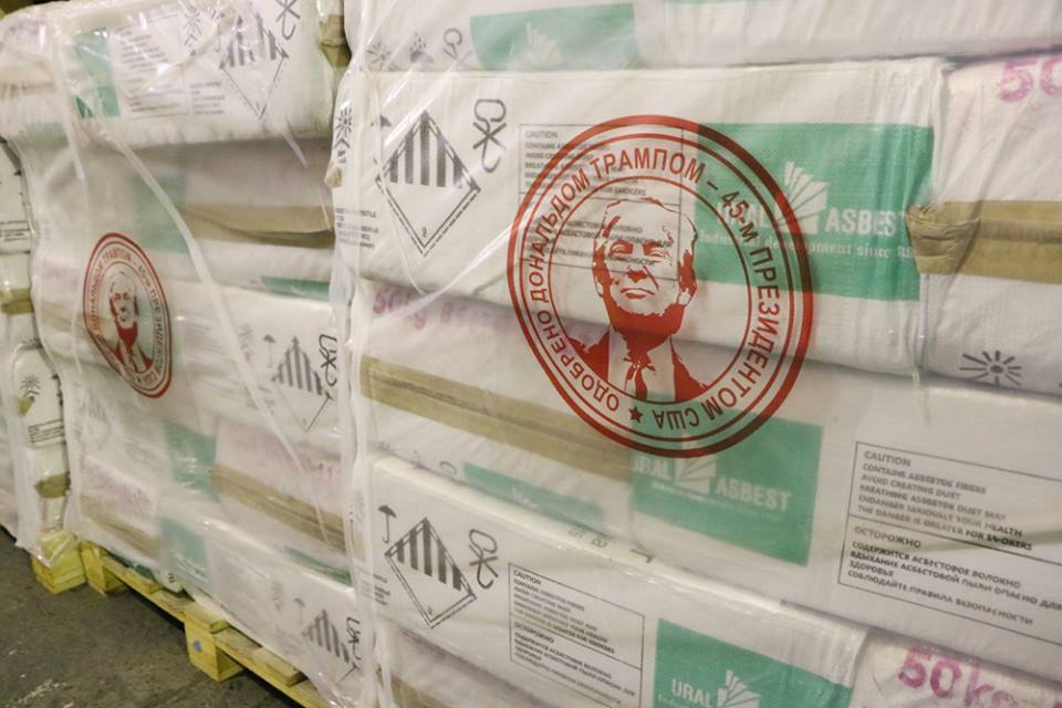 """Una imagen de amianto envuelto con la cara de Donald Trump fue publicada en la página de Facebook de una empresa rusa de asbesto en junio. Foto: ОАО """"Ураласбест"""" / Facebook"""