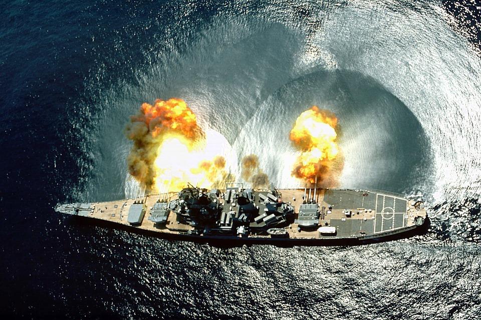 El barco USS Iowa hace ejercicios militares en mar abierto. Foto: Pixabay