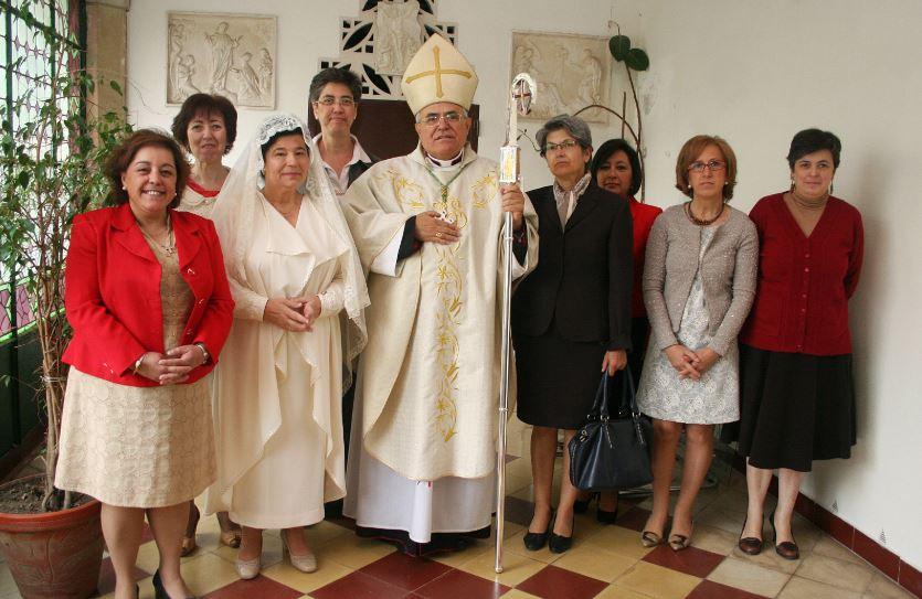 Un grupo de vírgenes consagradas con el obispo de Córdoba, España. Foto: Archivo / Diócesis de Córdoba