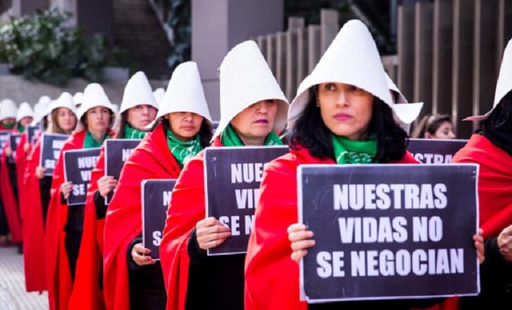 """Intervención inspirada en """"El cuento de la Criada"""" por el Aborto Legal en Argentina . Foto: Lavaca-mu."""