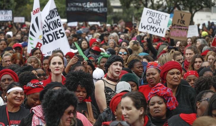 Miles de mujeres se manifestaron en Sudáfrica contra la violencia de género.