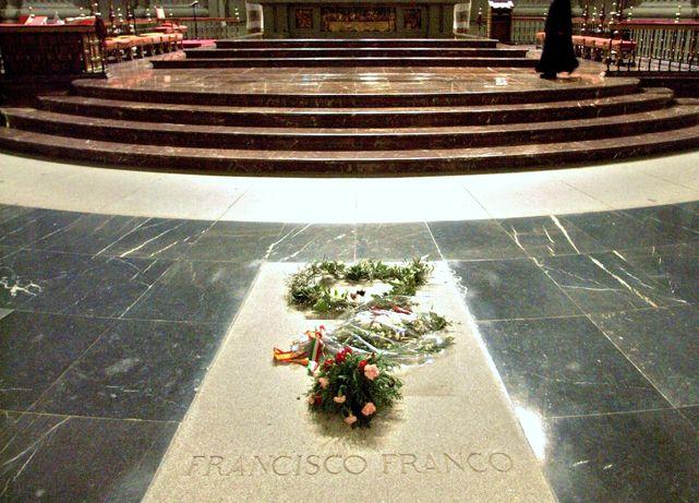 Lápida de Francisco Franco. Sus restos están dentro del monumento del Valle de los Caídos. Foto: InfoVaticana.