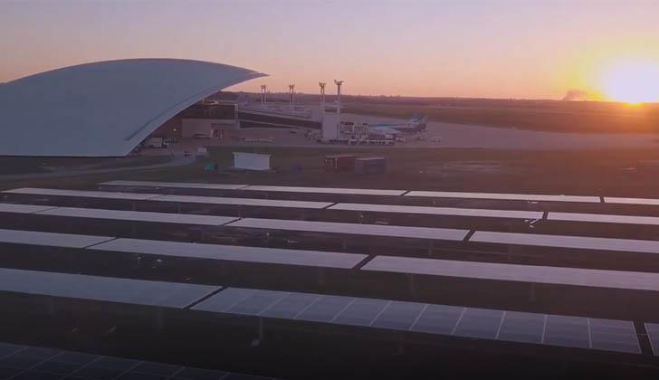 Vista aérea del aeropuerto y paneles fotovoltaicos.