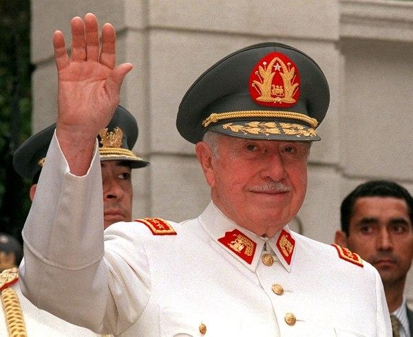 Pinochet celebrando su cumpleaños 82, el 25 de noviembre de 1997. Foto de archivo