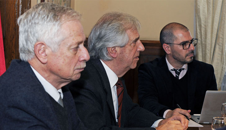 Ministro de Salud, Jorge Basso; presidente de la República, Tabaré Vázquez; y prosecretario de Presidencia, Juan Andrés Roballo.