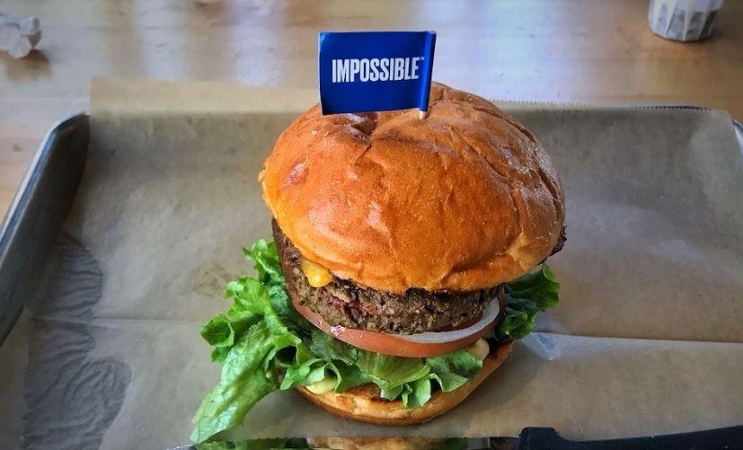 """La famosa hamburguesa de la marca """"Impossible Meat"""", que simula ser carne real pero es totalmente vegana."""