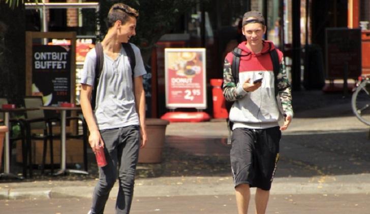 El uso del celular al caminar hace que peatones pierdan equilibrio. Foto ilustrativa