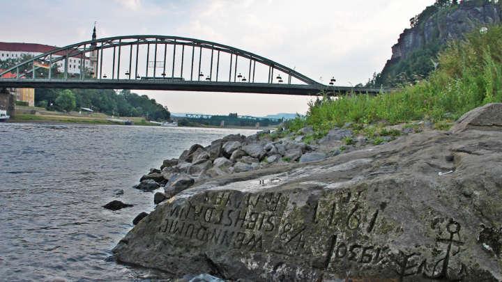 Una piedra del hambre en el río Elba, República Checa. Foto: Wikimedia Commons