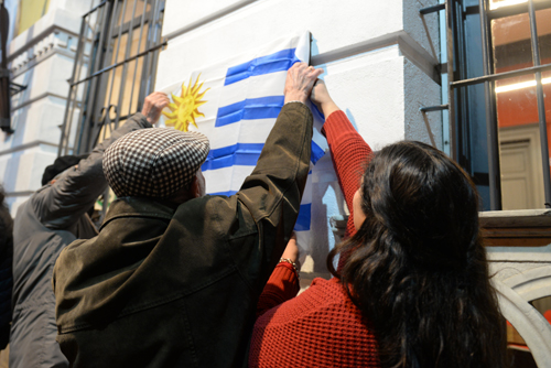 Alejandro Artucio, José Díaz y Lucía Zapata descubren la placa en la Casa del Pueblo.