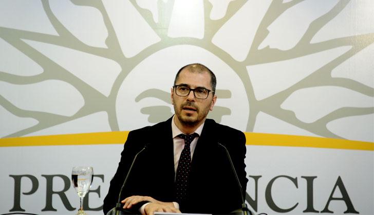 El prosecretario de Presidencia, Juan Andrés Roballo, explica la asistencia a Pili.