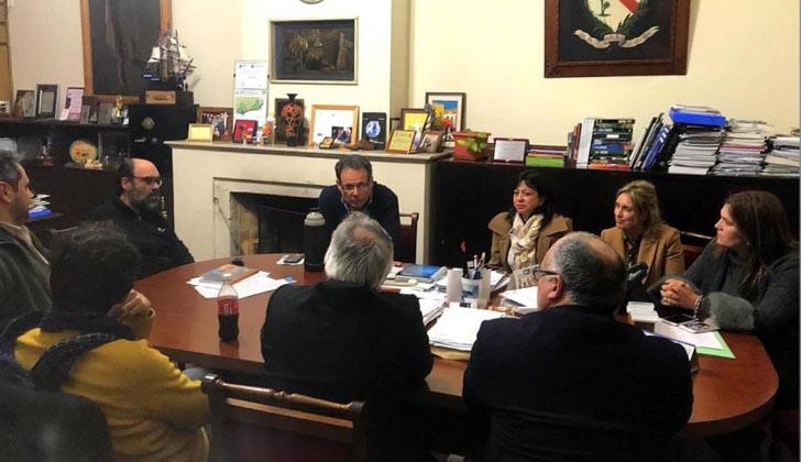 Intendente de Rocha, Aníbal Pereyra junto a representantes de la Junta Nacional de Migración.