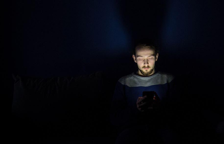Usar el celular por la noche es más perjudicial para la salud visual. Foto: Pixabay