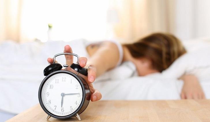 Estudio: Dormir poco puede afectar tu vida social.