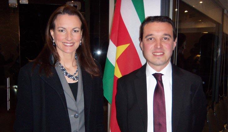 Karina Dalmas y el Cónsul General Nelson Simatovich.