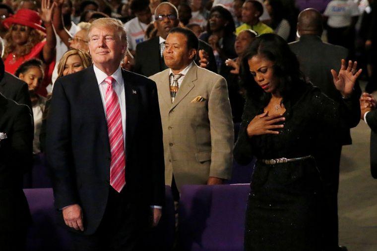 Omarosa Manigault y Donald Trump en una iglesia evangélica en Detroit durante campaña electoral. Foto: christiantoday.com