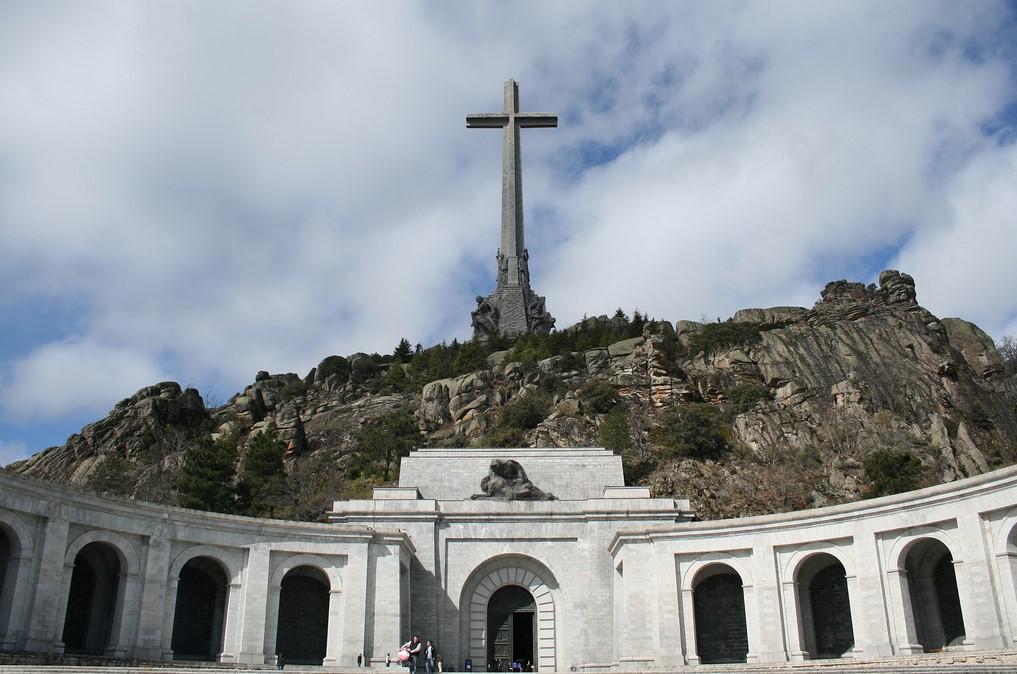 Valle de los Caídos, en el valle de Cuelgamuros (Madrid, España). Inaugurado en 1958, el monumento alberga los restos de miles de combatientes de la Guerra Civil española (1936-1939). La cruz que corona el monumento es la cruz más grande del mundo. Foto: Flickr / Elentir