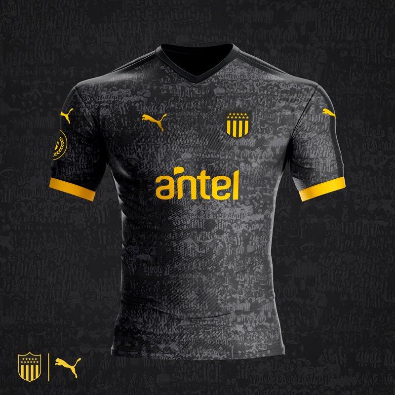 La camiseta tiene la original particularidad de que en un fondo gris y  negro están los principales planteles de la historia del club. 6ddd819ccf46e