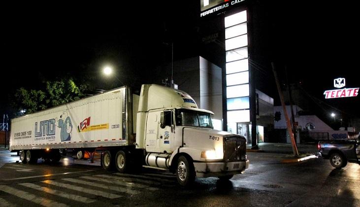 Camiones utilizados como morgues para guardar cadáveres indignan a México .