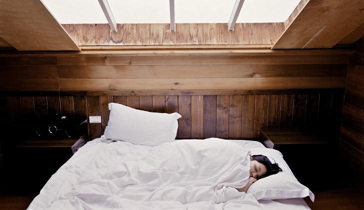 Tener un horario regular para acostarse y levantarse también beneficia la salud. Foto: Pixabay