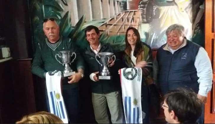 Sergio Vivian, profesor de Taller Agrario, junto a docentes de la Escuela Agraria de Montes.