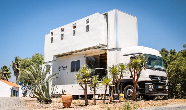 Conocé el Truck Surf Hotel, un mini hotel sobre ruedas que recorre las mejores playas de África y Portugal
