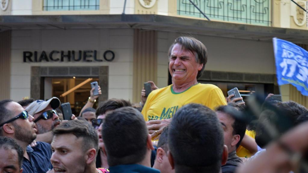 Momento en que Jair Bolsonaro, el candidato ultra derechista brasileño, recibe una cuchillada en medio de un mitin. Foto: Twiter