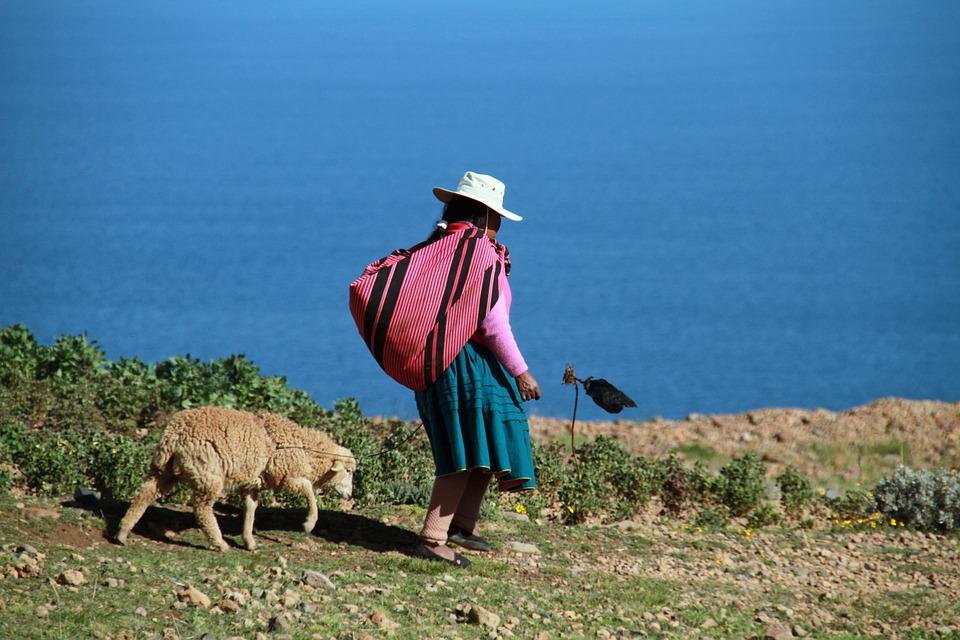 Una mujer camina junto al Lago Titicaca en Perú. Foto: Pixabay