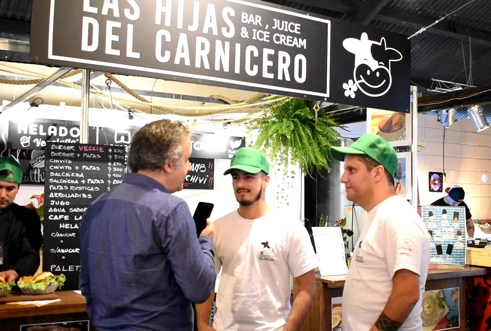 Gonzalo Mastoros (centro) y Martín Bonavita (derecha), del staff de Las Hijas del Carnicero. Foto: Carlos Loría