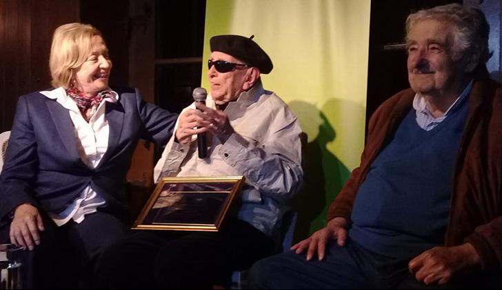 Daniel Vidart, tras recibir el Premio a la Gran Labor Intelectual, junto a la ministra María Julia Muñoz y el ex presidente Josè Mujica. Foto: LARED21.