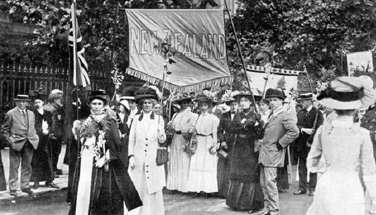 Mujeres neozelandesas participan de una marcha de sufragistas en Londres.