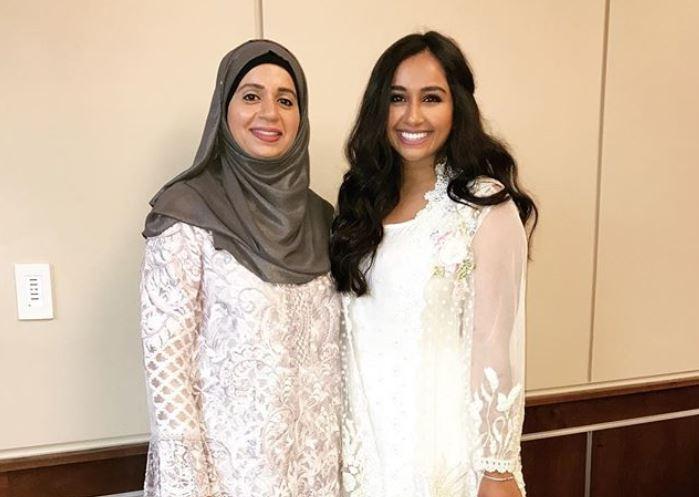 Sara Iftikhar (izq) junto con su madre, en una foto publicada en Instagram