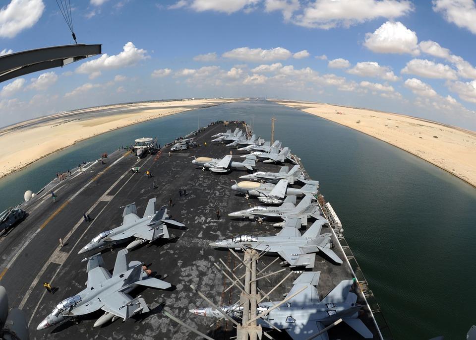 Un portaaviones atraviesa el Canal de Suez. Foto: Pixabay