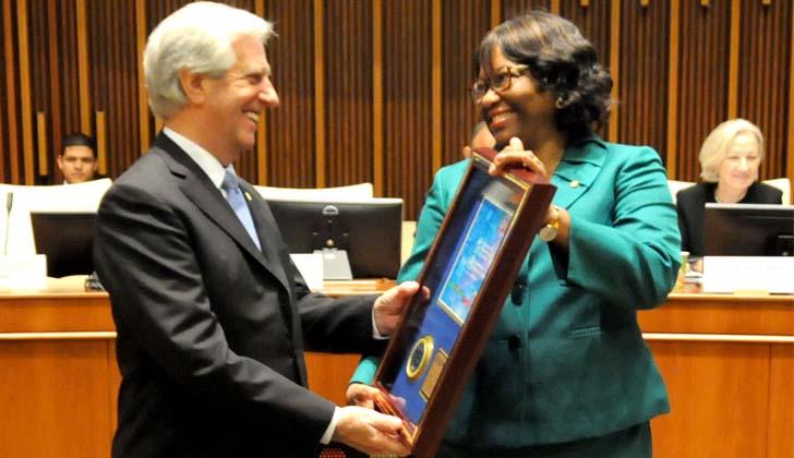 Vázquez recibe el premio Héroe de la Salud Pública de las Américas 2018 de parte de la directora de la Organización Panamericana de la Salud, Carissa Etienne.