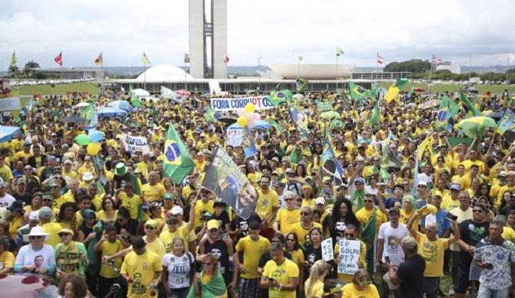 """Movilizaciones a favor de Bolsonaro: """"No al PT para que Brasil no se convierta en una Venezuela""""."""