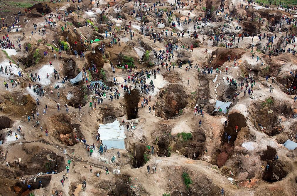 Una mina de coltán en Rubaya, Provincia de Kivu del Norte, en la República Democrática del Norte. Este negocio se mantiene con mano de obra esclava. Foto: Misión de las Naciones Unidas en la República Democrática del Congo