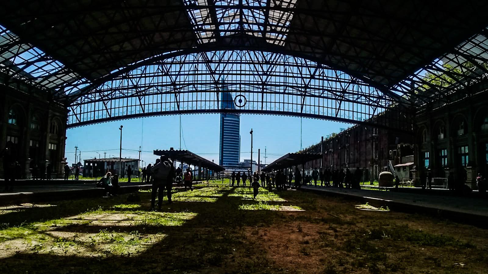 Vista del área de plataformas. Al fondo la Torre de las Telecomunicaciones de ANTEL. Foto: Valeria Gueli - LARED21
