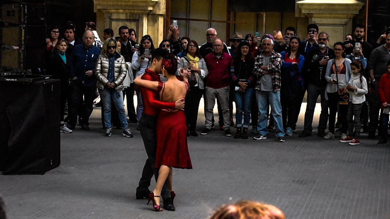"""Una pareja baila tango en la Estación. Decenas de personas estallaron en un aplauso cuando terminó """"La Cumparsita"""". Foto: Carlos Loría - LARED21"""