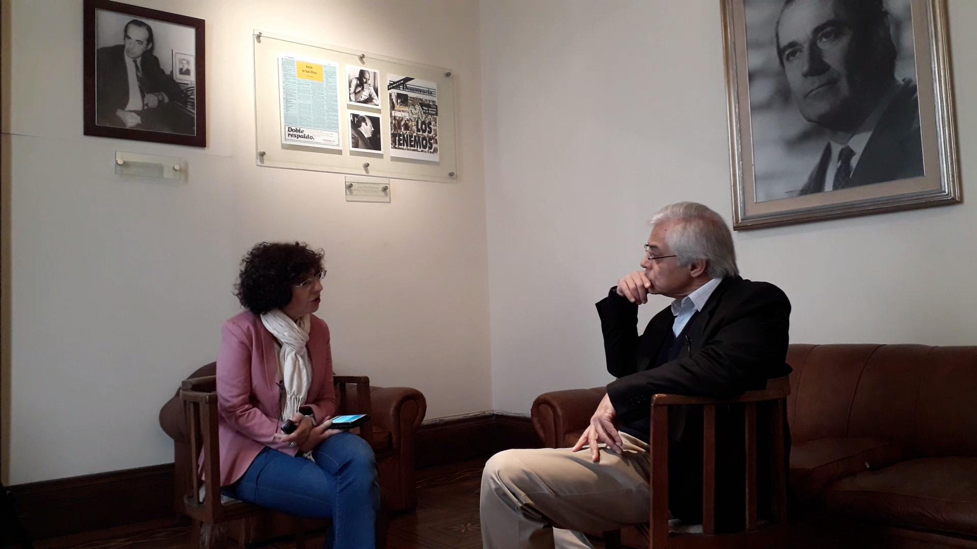 Ana María Mizrahi conversando con Gonzalo Mujica, ex diputado del Frente Amplio. Foto: Carlos Loría - LARED21